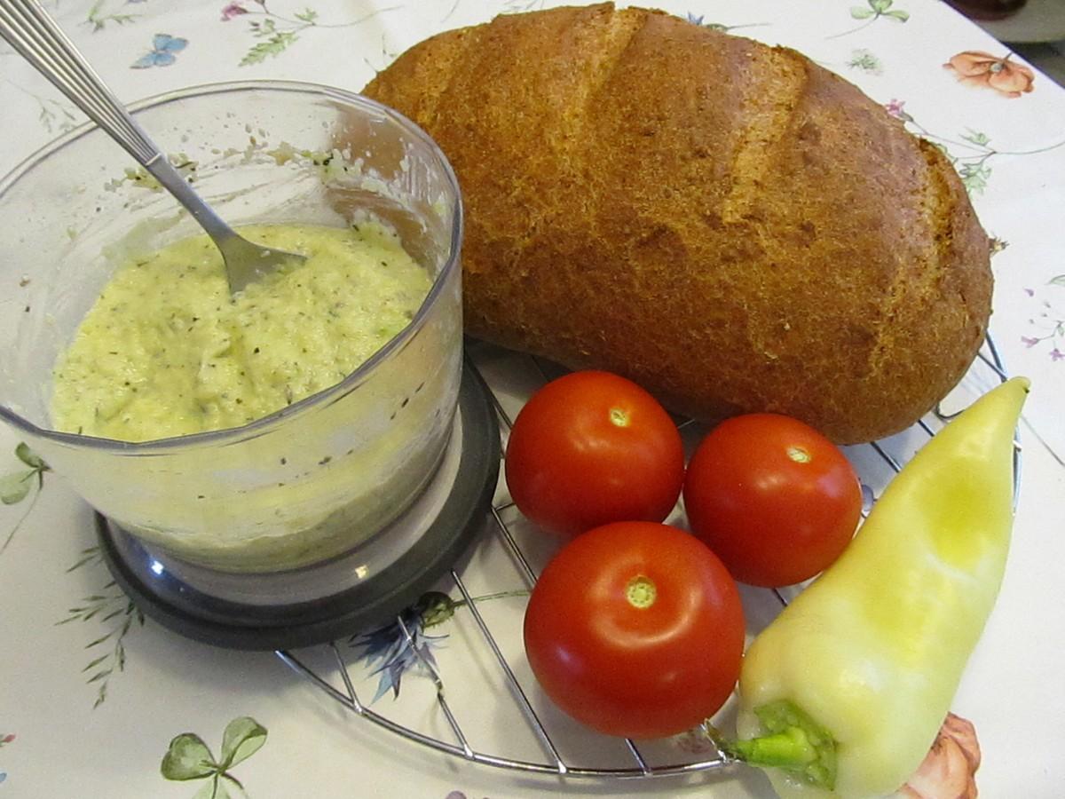 Zabpelyhes kenyér, cukkinikrém, zöldségek